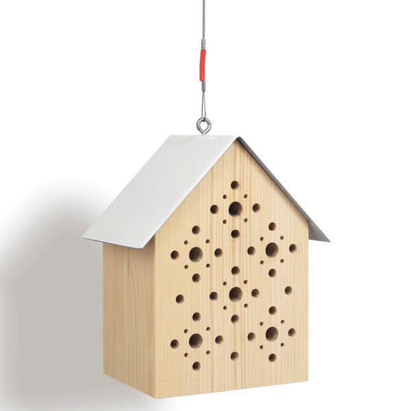Das schlichte Bienenhaus Bees Inn von side by side: unbehandeltes Lärchenholz, weißes Metalldach inklusive Aufhängung.