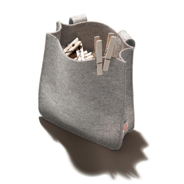 Klammernbeutel Filius mit 2 Filzschlaufen & Klettverschluss - gefüllt mit hölzernen Wäscheklammern - von side by side.