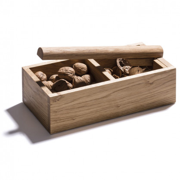 In Holzschale integrierter Nussknacker mit Hebel aus massiver Eiche von side by side - gefüllt mit Walnüssen.