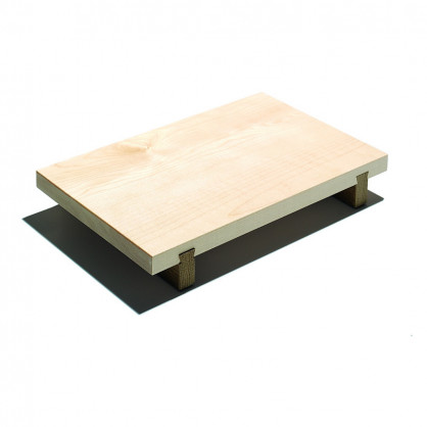 Extragroßes Schneidebrett XL aus Ahornholz - stehend auf eingezinkten Fußleisten aus Eichenholz - von side by side.
