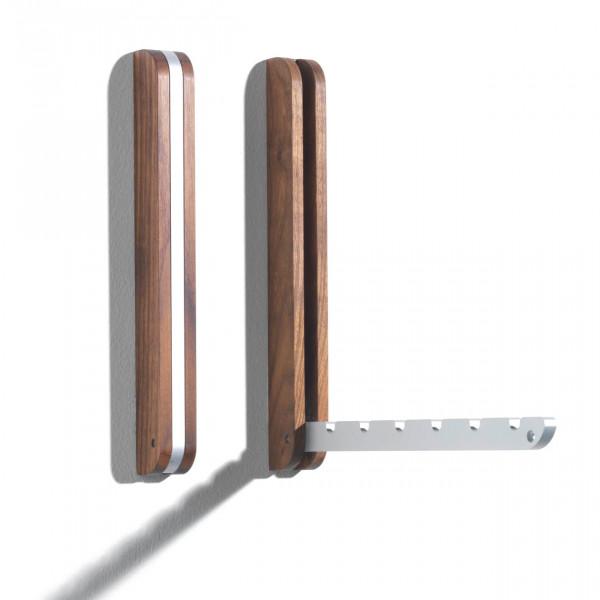 An der Wand montierter Kleiderhaken aus Nussbaumholz von side by side - mit klappbarer Aluminiumschiene für bis zu 6 Kleiderhaken.