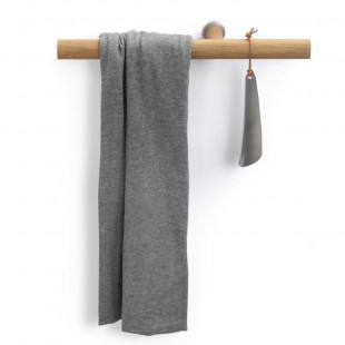 Stimmungsbild vom Griffhalter you will need me von side by side aus geölter Eiche mit Handtuch und Schuhlöffel.