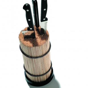Messerblock von side by side aus 900 Holzspießen und Edelstahlringen - gefüllt mit drei Küchenmessern.