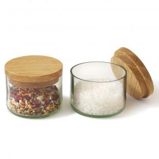 Salz- und Kräuterdosen von side by side: 2 Gläser klar mit Deckel aus Eichenholz - gefüllt mit Kräutern und Salz.