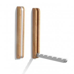 An der Wand montierter Kleiderhaken aus Eichenholz von side by side - mit klappbarer Aluminiumschiene für bis zu 6 Kleiderhaken.